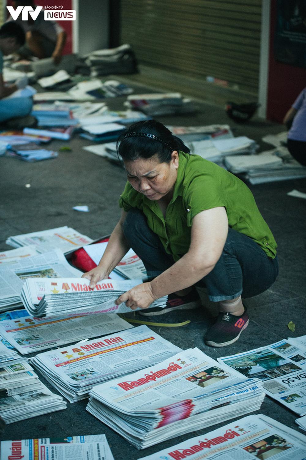 Nhộn nhịp chợ báo giấy mỗi sáng ở Thủ đô - Ảnh 10.
