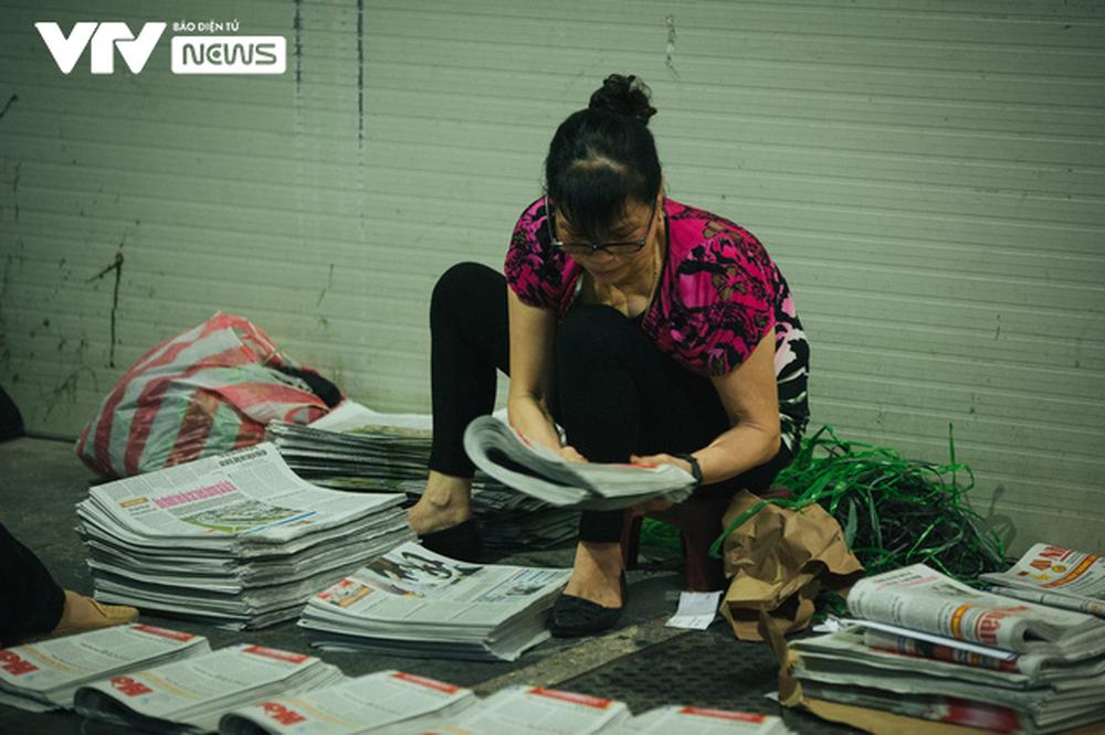 Nhộn nhịp chợ báo giấy mỗi sáng ở Thủ đô - Ảnh 9.