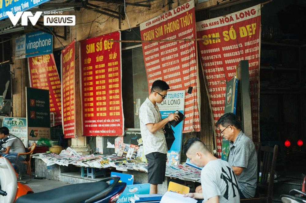 Nhộn nhịp chợ báo giấy mỗi sáng ở Thủ đô - Ảnh 15.