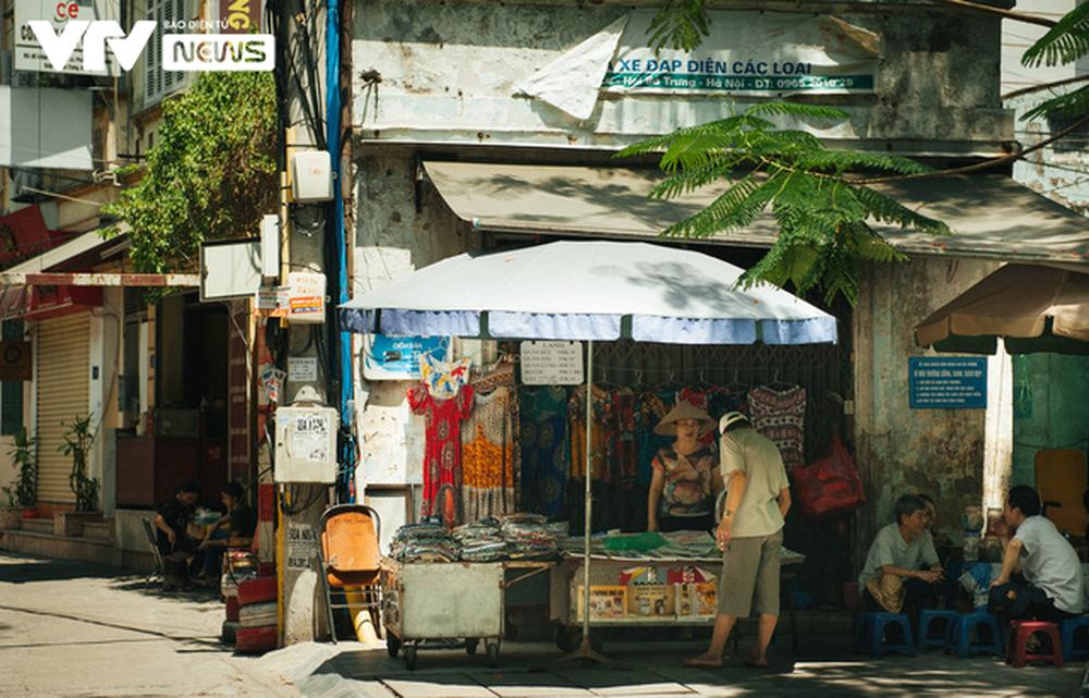 Nhộn nhịp chợ báo giấy mỗi sáng ở Thủ đô - Ảnh 13.