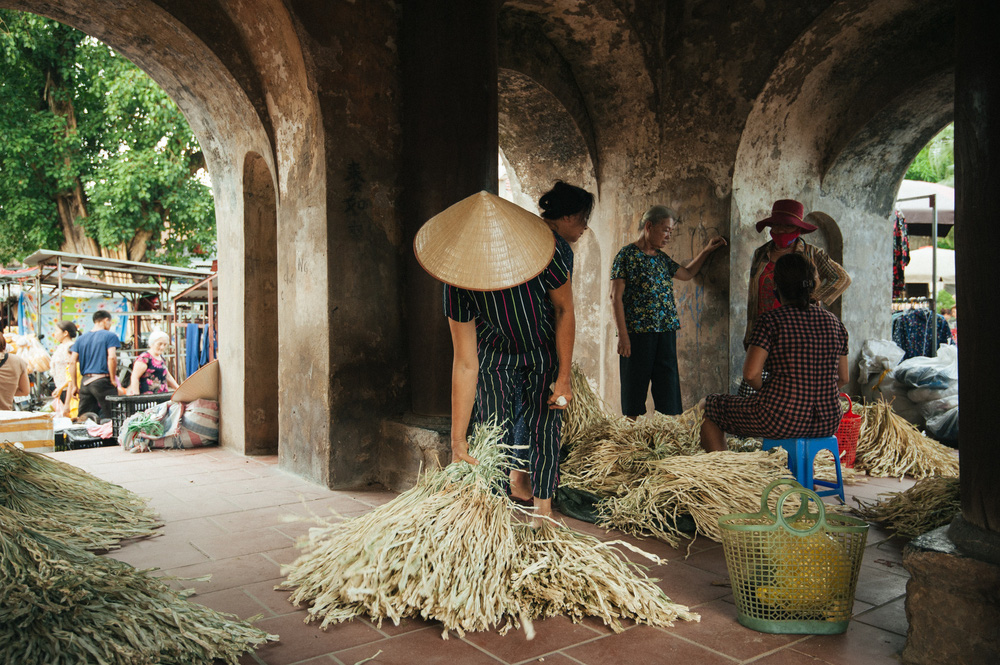 Tấp nập phiên chợ nón làng Chuông - Ảnh 4.