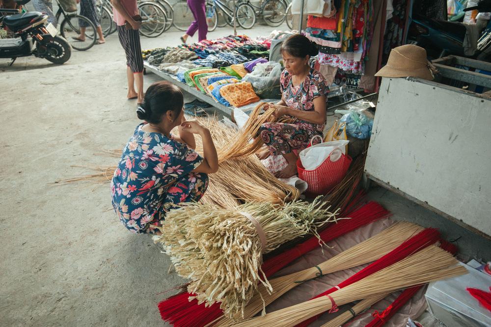 Tấp nập phiên chợ nón làng Chuông - Ảnh 2.
