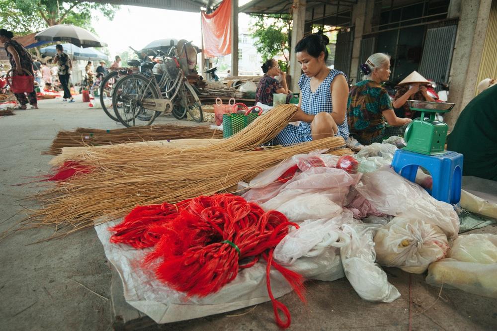 Tấp nập phiên chợ nón làng Chuông - Ảnh 6.