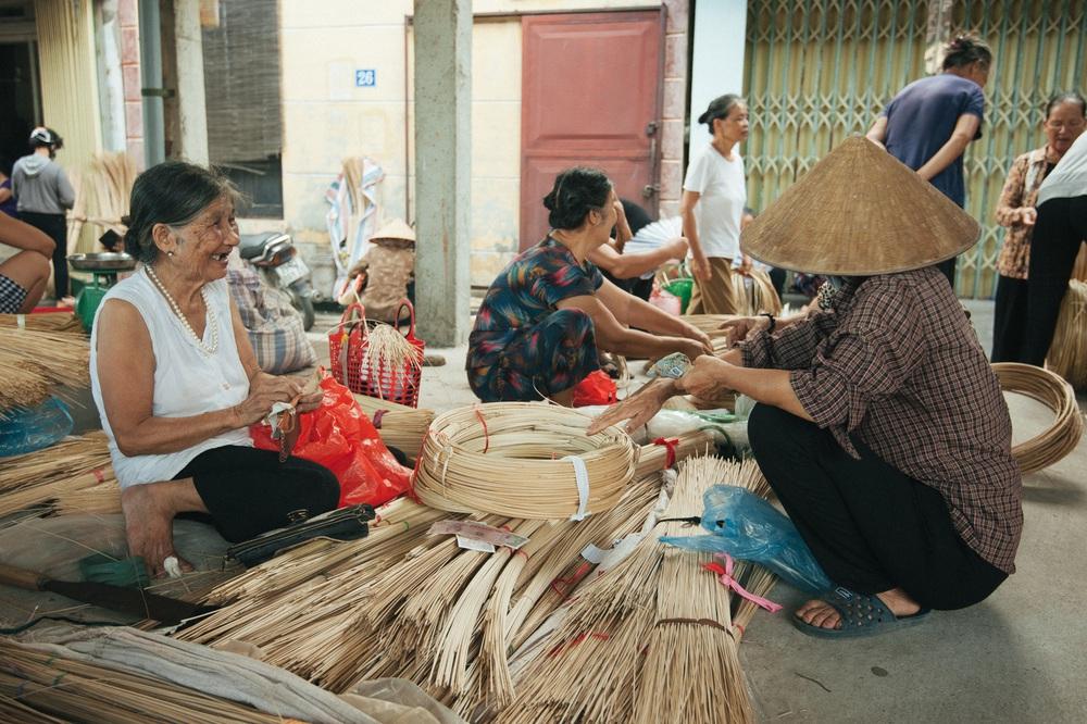 Tấp nập phiên chợ nón làng Chuông - Ảnh 10.