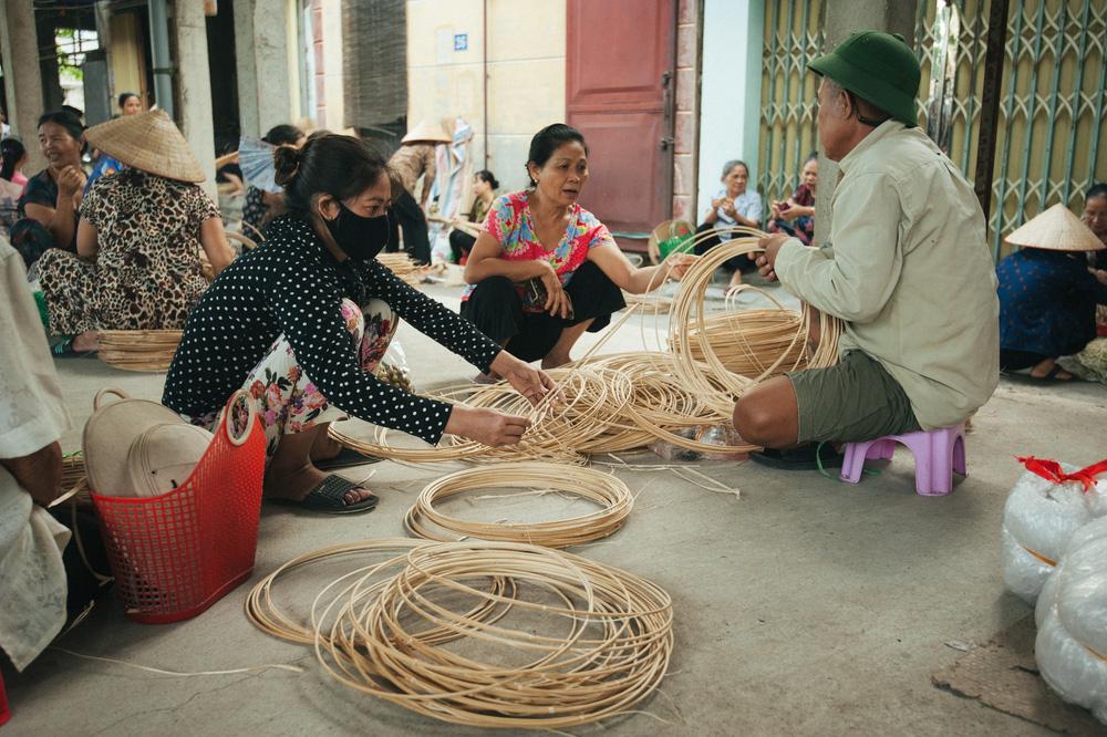Tấp nập phiên chợ nón làng Chuông - Ảnh 8.