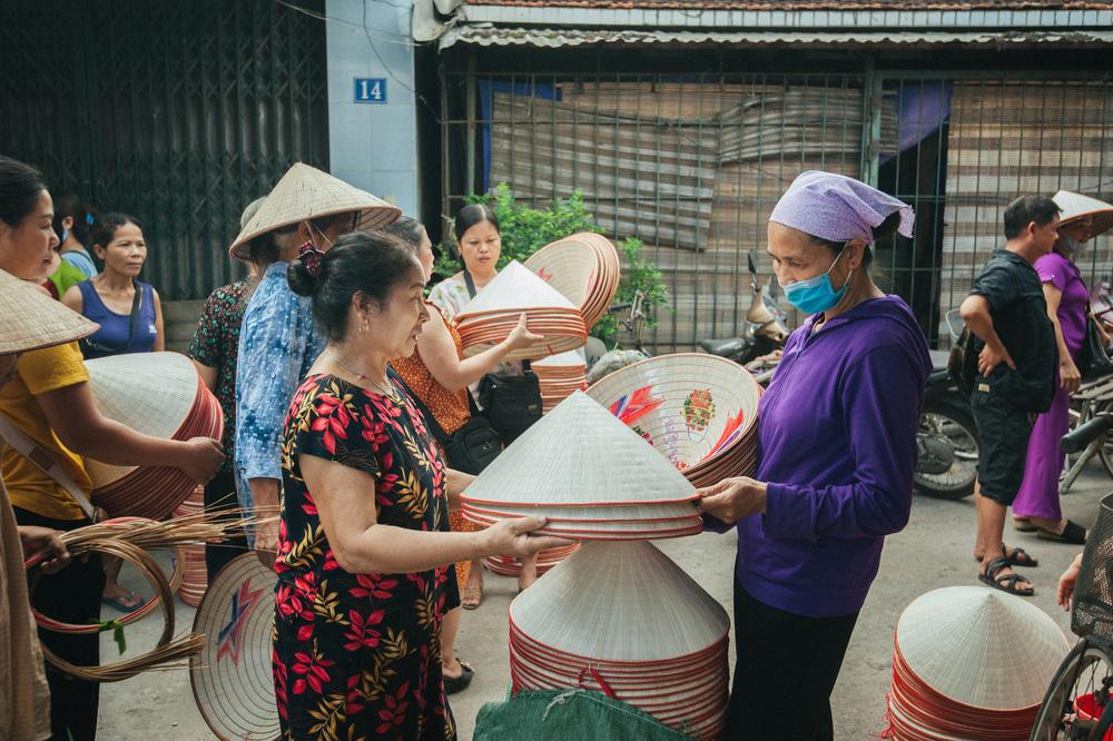 Tấp nập phiên chợ nón làng Chuông - Ảnh 12.