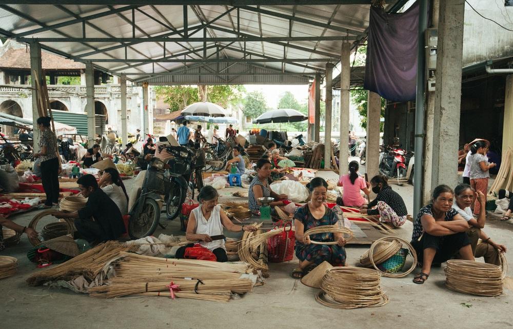 Tấp nập phiên chợ nón làng Chuông - Ảnh 1.