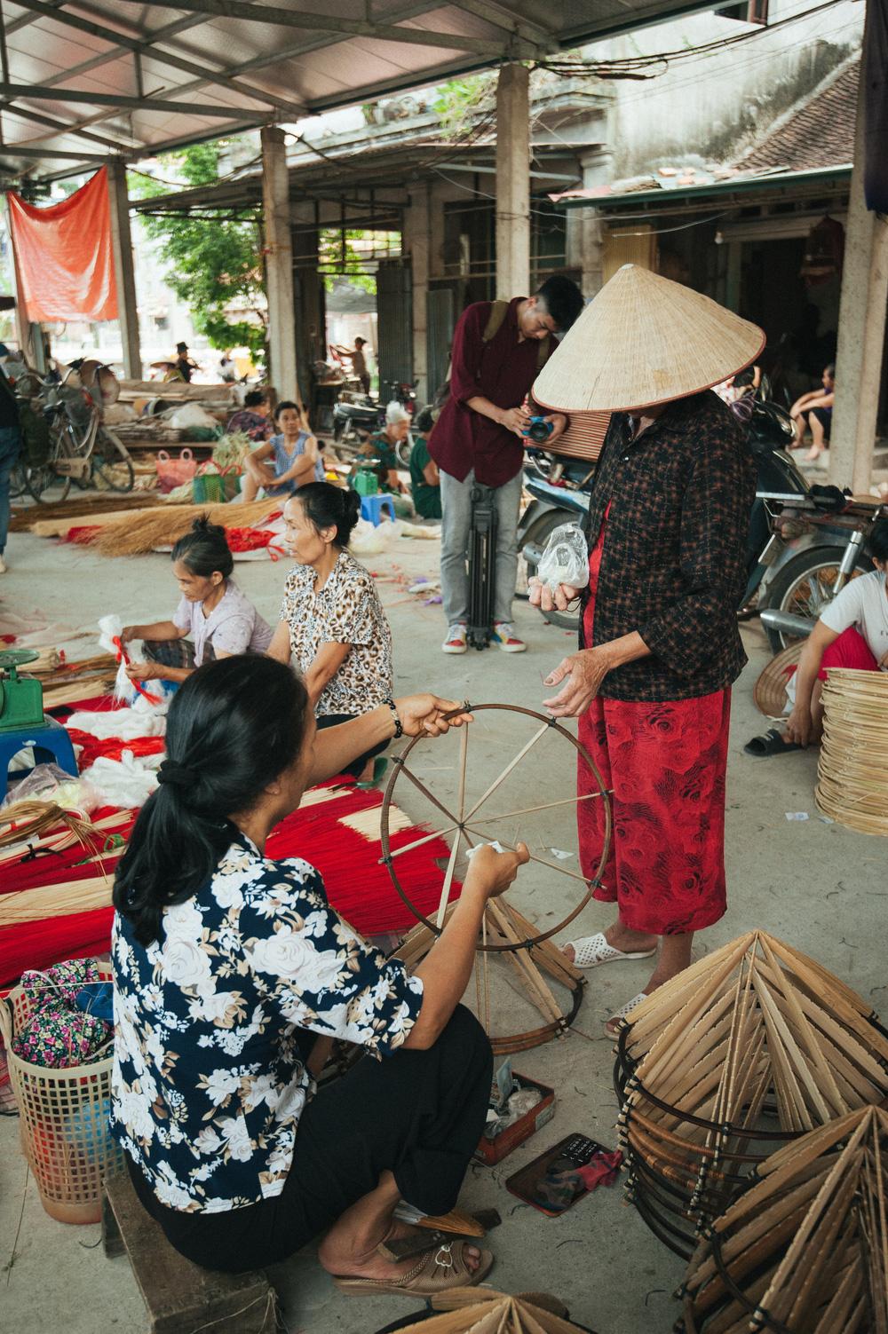 Tấp nập phiên chợ nón làng Chuông - Ảnh 11.