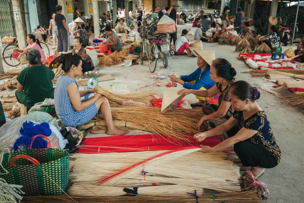 Tấp nập phiên chợ nón làng Chuông - Ảnh 7.
