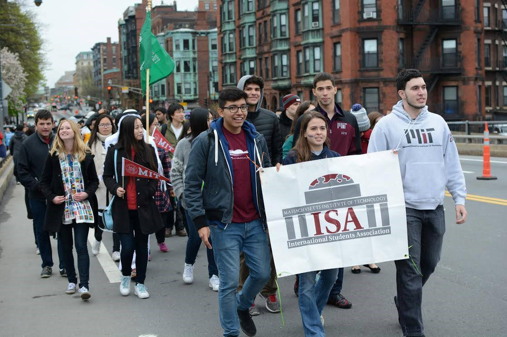 Chuyện rút lệnh trục xuất du học sinh tại Mỹ: Sinh viên quốc tế bị lạc đạn mùa bầu cử - Ảnh 2.