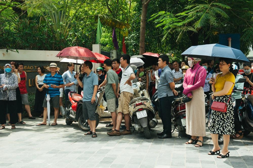 Gần 3.000 sỹ tử giành suất vào lớp 6 Lương Thế Vinh, phụ huynh chen chân kín cổng trường - Ảnh 2.