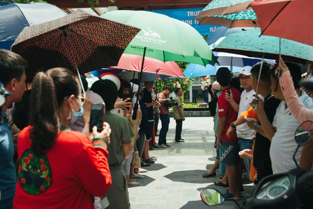 Gần 3.000 sỹ tử giành suất vào lớp 6 Lương Thế Vinh, phụ huynh chen chân kín cổng trường - Ảnh 5.