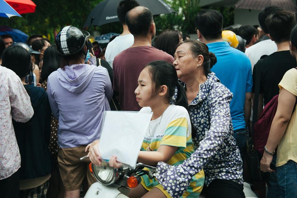 Gần 3.000 sỹ tử giành suất vào lớp 6 Lương Thế Vinh, phụ huynh chen chân kín cổng trường - Ảnh 10.