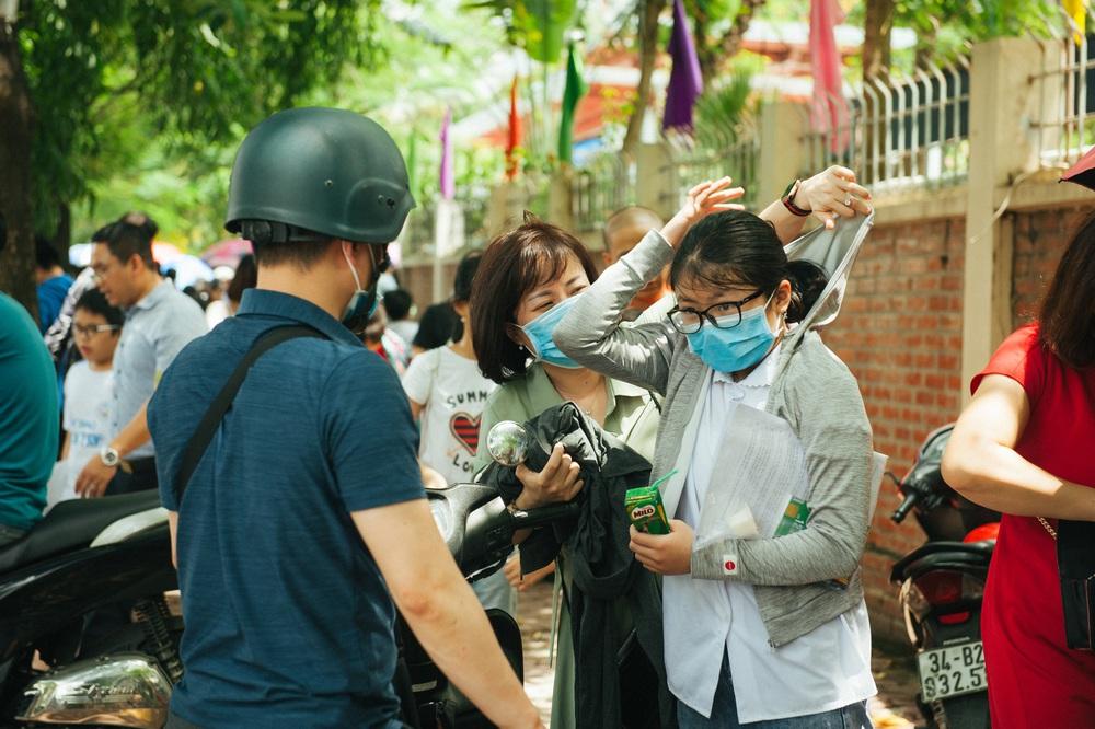 Gần 3.000 sỹ tử giành suất vào lớp 6 Lương Thế Vinh, phụ huynh chen chân kín cổng trường - Ảnh 9.