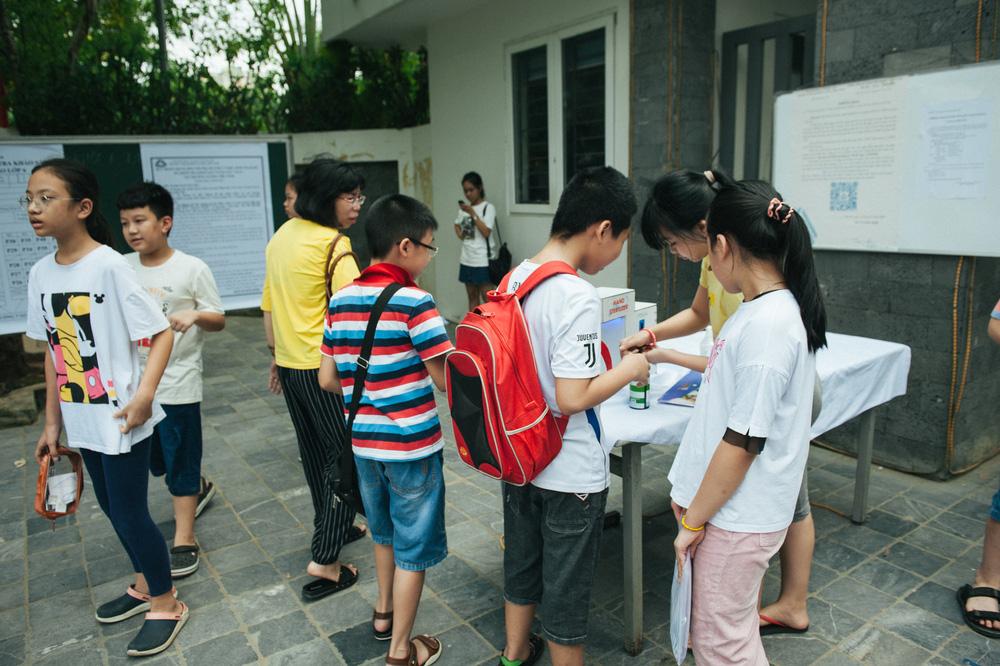 Gần 3.000 sỹ tử giành suất vào lớp 6 Lương Thế Vinh, phụ huynh chen chân kín cổng trường - Ảnh 17.