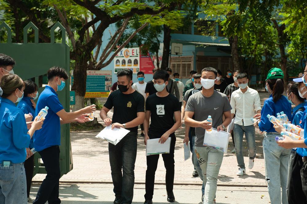 Thí sinh nhẹ nhàng kết thúc bài thi tổ hợp Khoa học tự nhiên, Khoa học xã hội - Ảnh 1.
