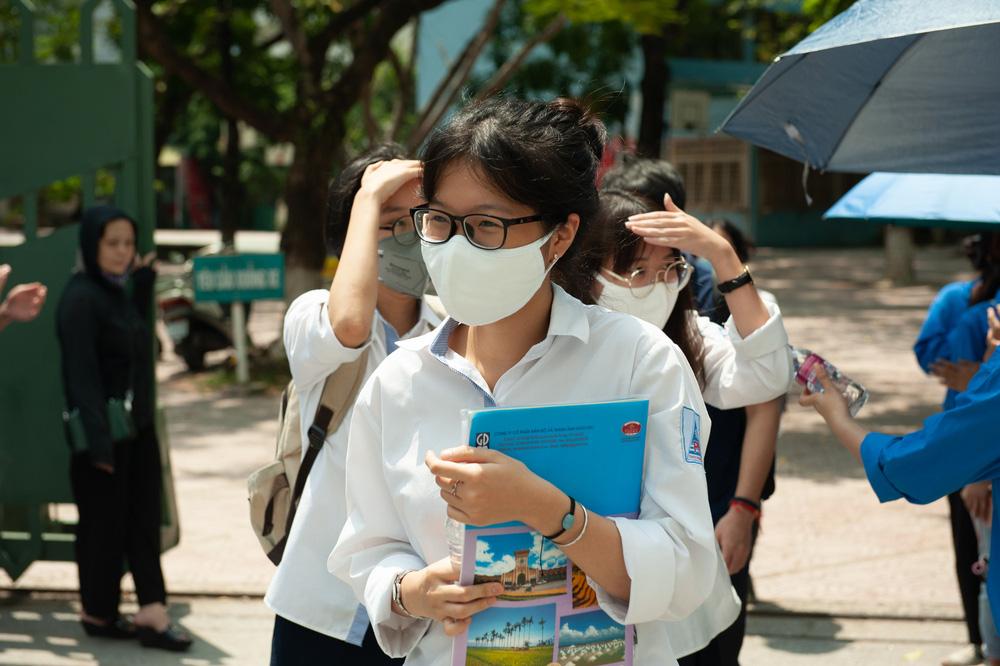 Thí sinh nhẹ nhàng kết thúc bài thi tổ hợp Khoa học tự nhiên, Khoa học xã hội - Ảnh 6.
