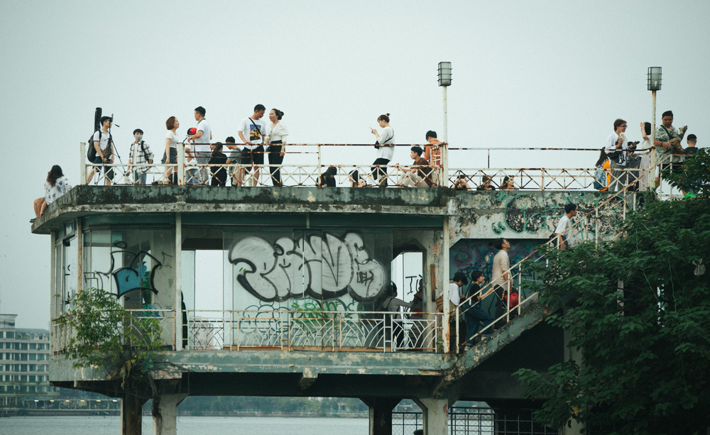 Giới trẻ vô tư tụ tập tại hồ Tây bất chấp dịch COVID-19 - Ảnh 7.