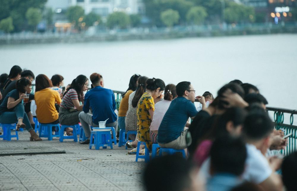 Giới trẻ vô tư tụ tập tại hồ Tây bất chấp dịch COVID-19 - Ảnh 3.