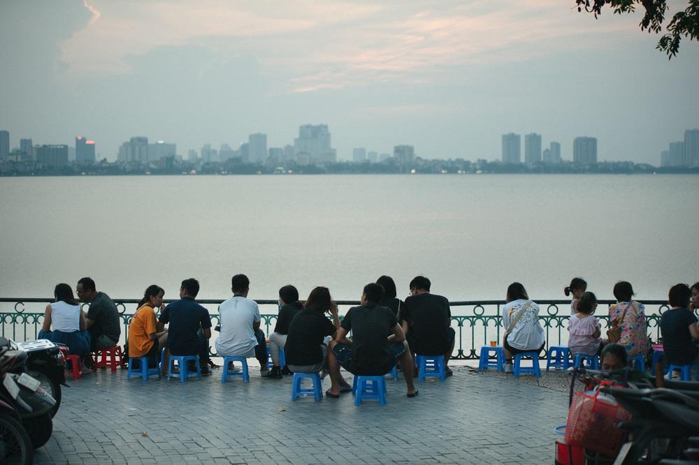 Giới trẻ vô tư tụ tập tại hồ Tây bất chấp dịch COVID-19 - Ảnh 2.