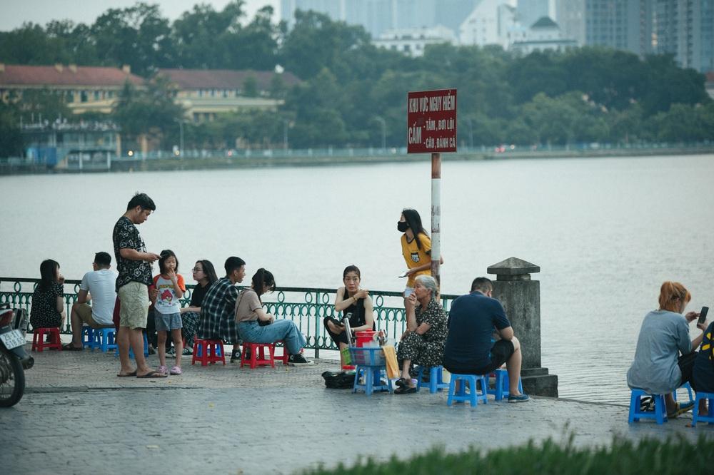 Giới trẻ vô tư tụ tập tại hồ Tây bất chấp dịch COVID-19 - Ảnh 5.