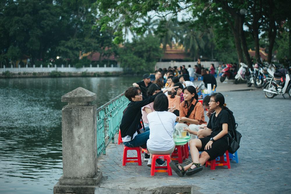 Giới trẻ vô tư tụ tập tại hồ Tây bất chấp dịch COVID-19 - Ảnh 6.
