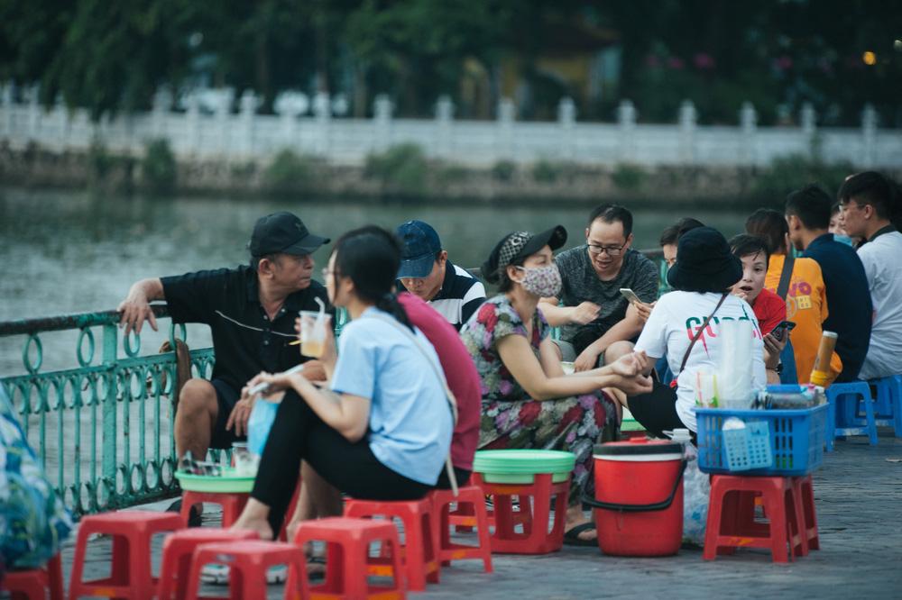 Giới trẻ vô tư tụ tập tại hồ Tây bất chấp dịch COVID-19 - Ảnh 4.