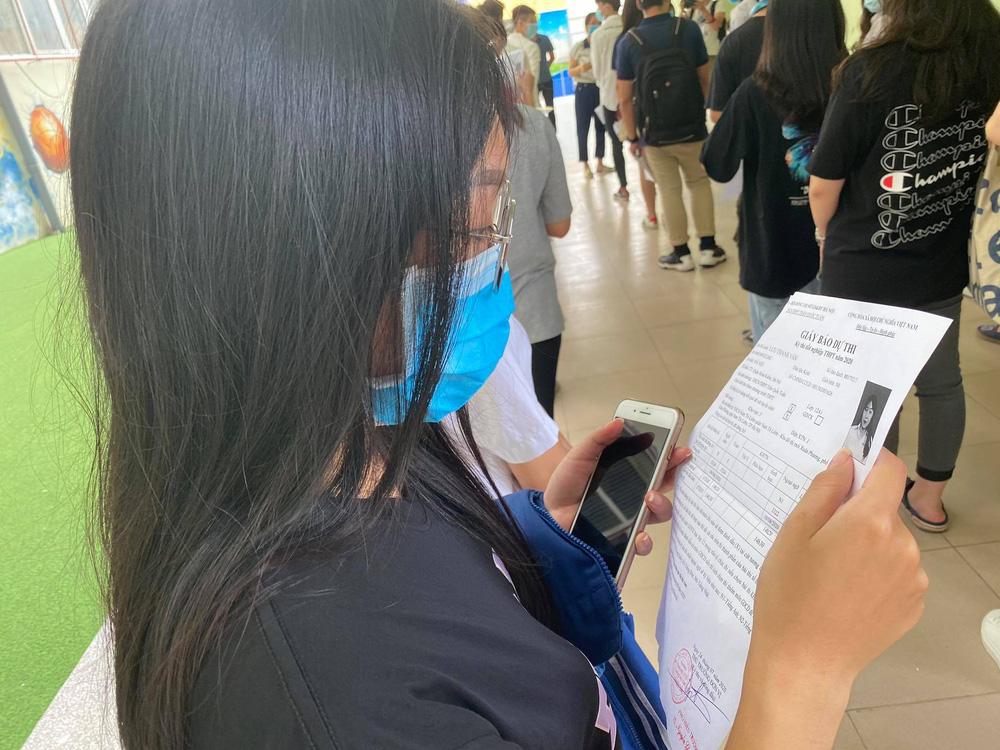 Thí sinh nghiêm túc chấp hành quy định giãn cách khi đến làm thủ tục thi tốt nghiệp THPT 2020 - Ảnh 8.