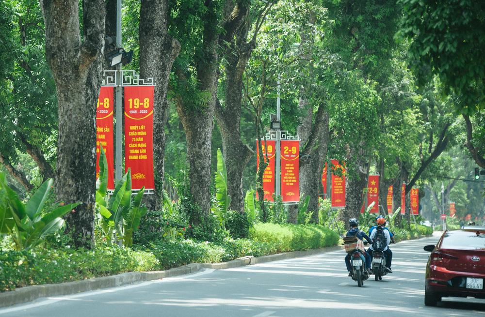 Thủ đô ngập tràn màu cờ Tổ quốc chào mừng 75 năm Quốc khánh - Ảnh 3.