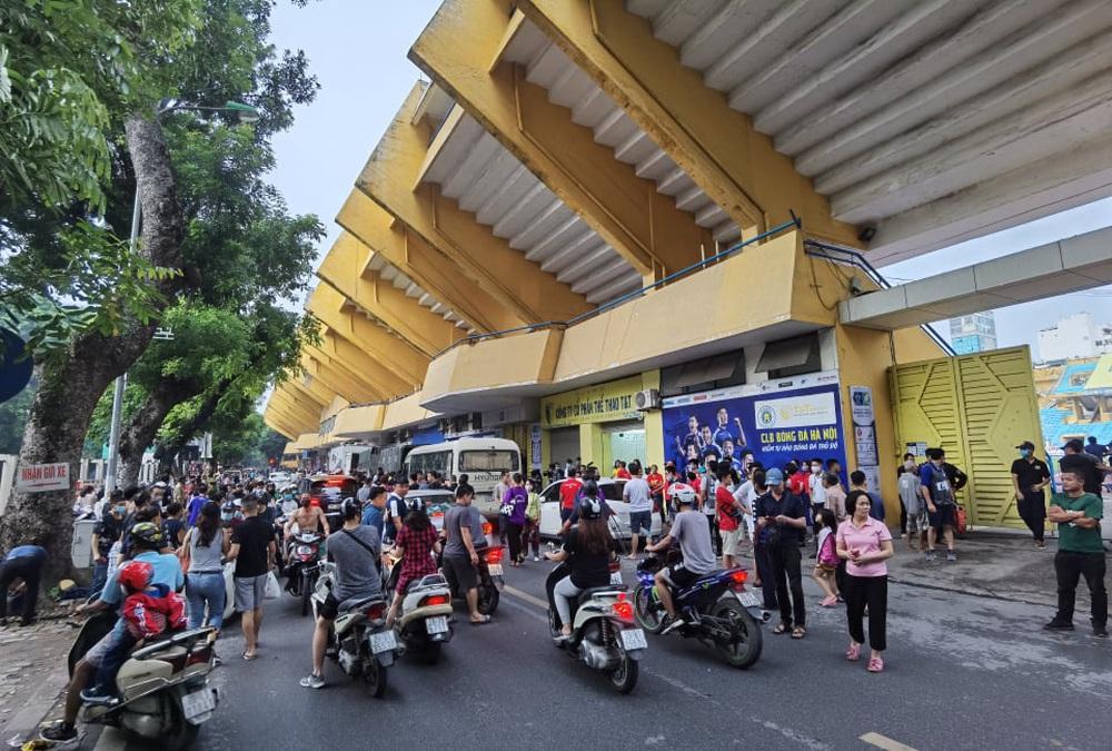 CLB Viettel – CLB Hà Nội: Khán giả nô nức đến sân Hàng Đẫy xem trận chung kết Cúp Quốc gia 2020 - Ảnh 1.