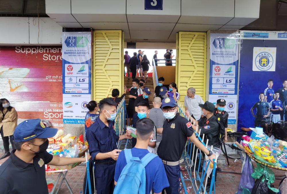 CLB Viettel – CLB Hà Nội: Khán giả nô nức đến sân Hàng Đẫy xem trận chung kết Cúp Quốc gia 2020 - Ảnh 3.