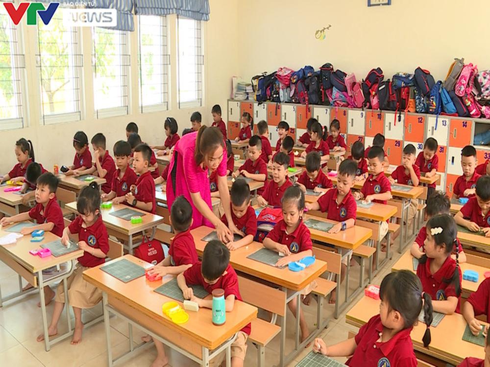 Lớp học quá tải, giáo viên xoay xở dạy chương trình mới - Ảnh 1.