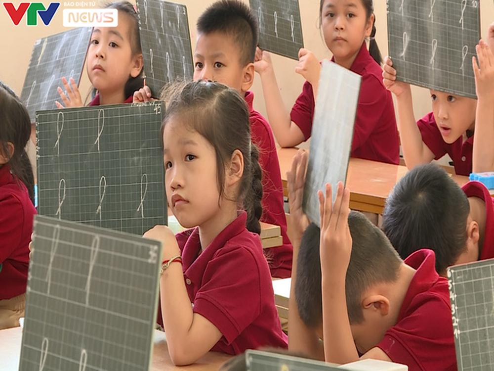 Lớp học quá tải, giáo viên xoay xở dạy chương trình mới - Ảnh 2.