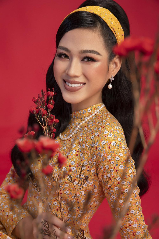 Hoa hậu Đỗ Thị Hà khoe vẻ sắc sảo với áo dài retro - ảnh 7