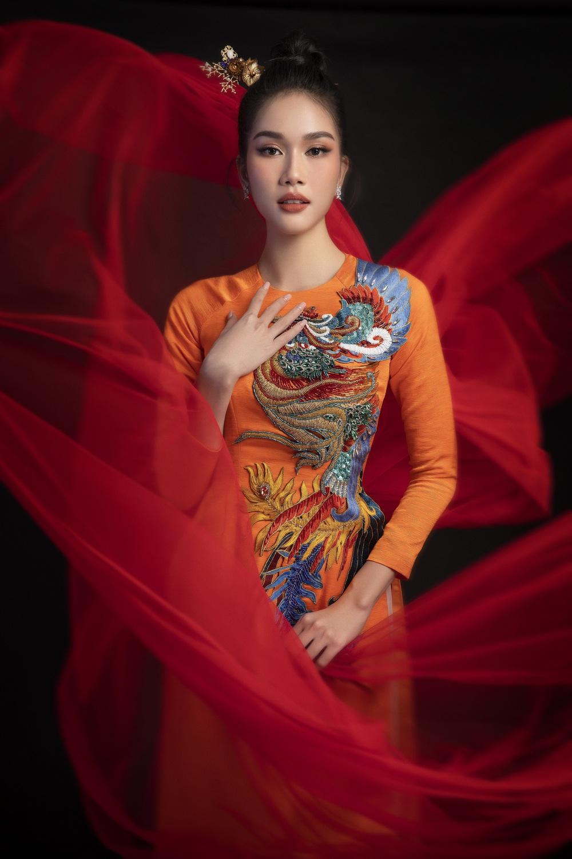 Hoa hậu Đỗ Thị Hà khoe vẻ sắc sảo với áo dài retro - ảnh 11