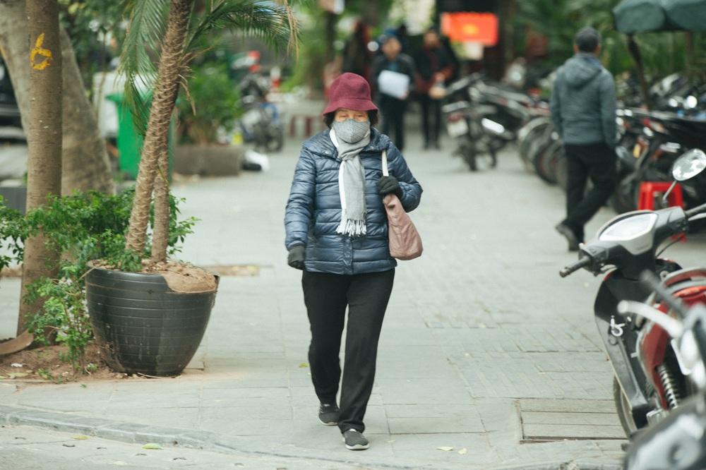 Muôn kiểu chống rét của người Hà Nội trong đợt rét đậm nhất đầu mùa - Ảnh 5.