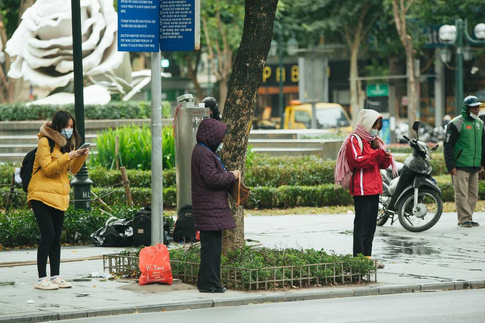 Muôn kiểu chống rét của người Hà Nội trong đợt rét đậm nhất đầu mùa - Ảnh 6.