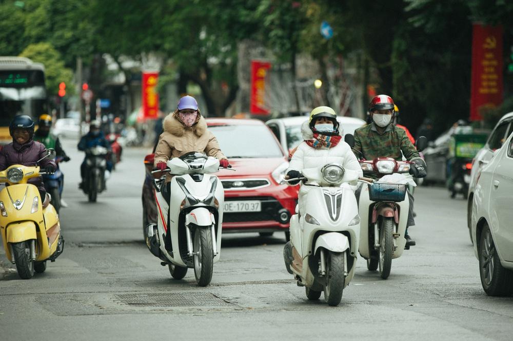 Muôn kiểu chống rét của người Hà Nội trong đợt rét đậm nhất đầu mùa - Ảnh 1.