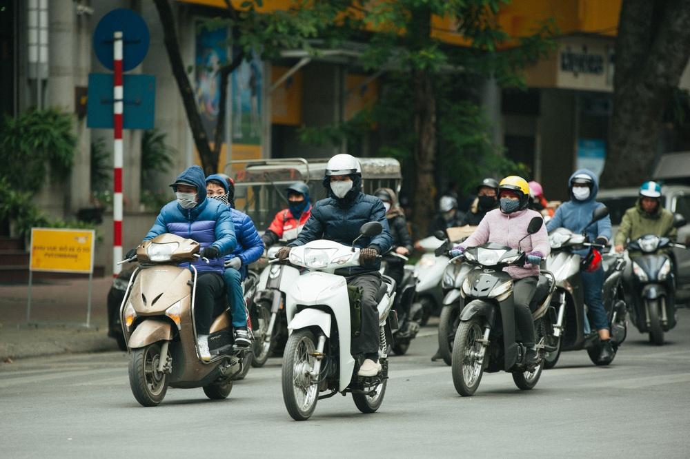 Muôn kiểu chống rét của người Hà Nội trong đợt rét đậm nhất đầu mùa - Ảnh 3.