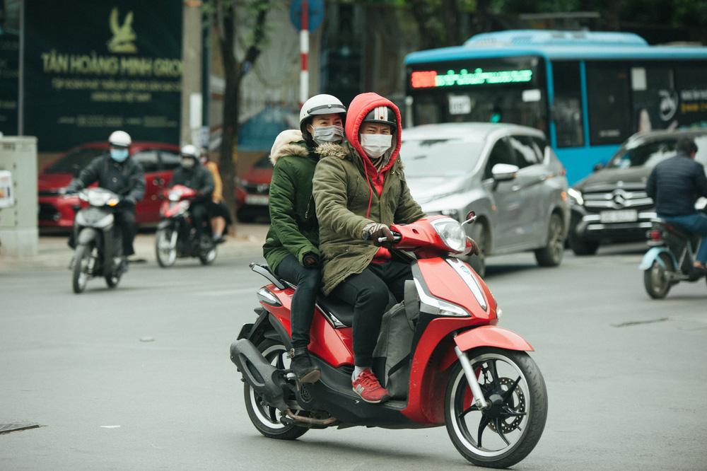 Muôn kiểu chống rét của người Hà Nội trong đợt rét đậm nhất đầu mùa - Ảnh 2.