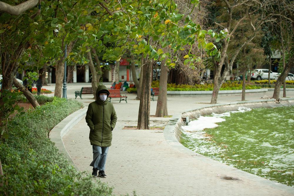 Muôn kiểu chống rét của người Hà Nội trong đợt rét đậm nhất đầu mùa - Ảnh 9.