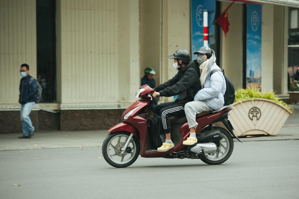 Muôn kiểu chống rét của người Hà Nội trong đợt rét đậm nhất đầu mùa - Ảnh 4.