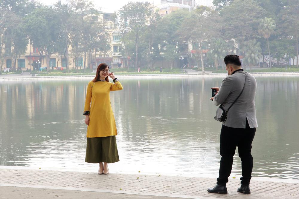 Người dân Hà Nội diện áo dài nô nức đi du xuân sáng mùng 1 Tết - Ảnh 5.