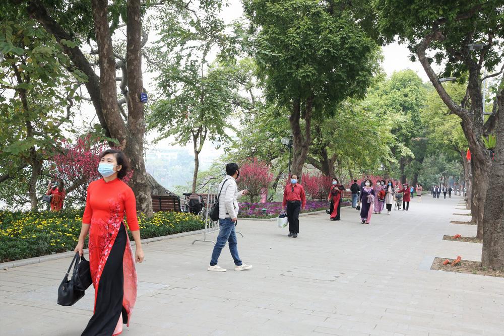 Người dân Hà Nội diện áo dài nô nức đi du xuân sáng mùng 1 Tết - Ảnh 2.