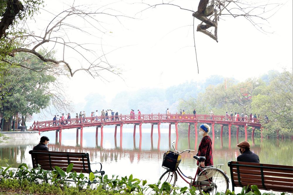 Người dân Hà Nội diện áo dài nô nức đi du xuân sáng mùng 1 Tết - Ảnh 9.