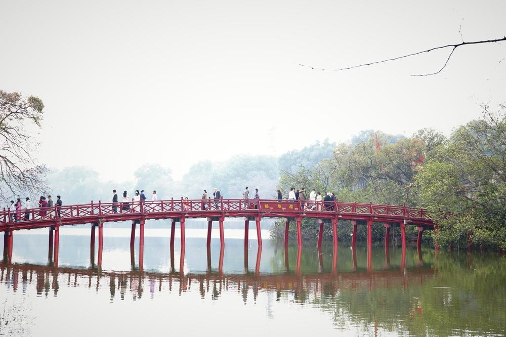 Người dân Hà Nội diện áo dài nô nức đi du xuân sáng mùng 1 Tết - Ảnh 10.