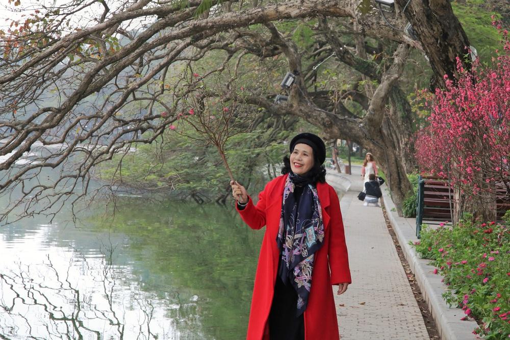 Người dân Hà Nội diện áo dài nô nức đi du xuân sáng mùng 1 Tết - Ảnh 7.