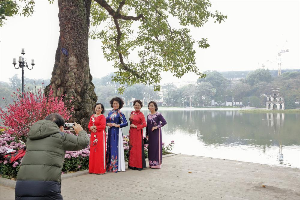 Người dân Hà Nội diện áo dài nô nức đi du xuân sáng mùng 1 Tết - Ảnh 6.