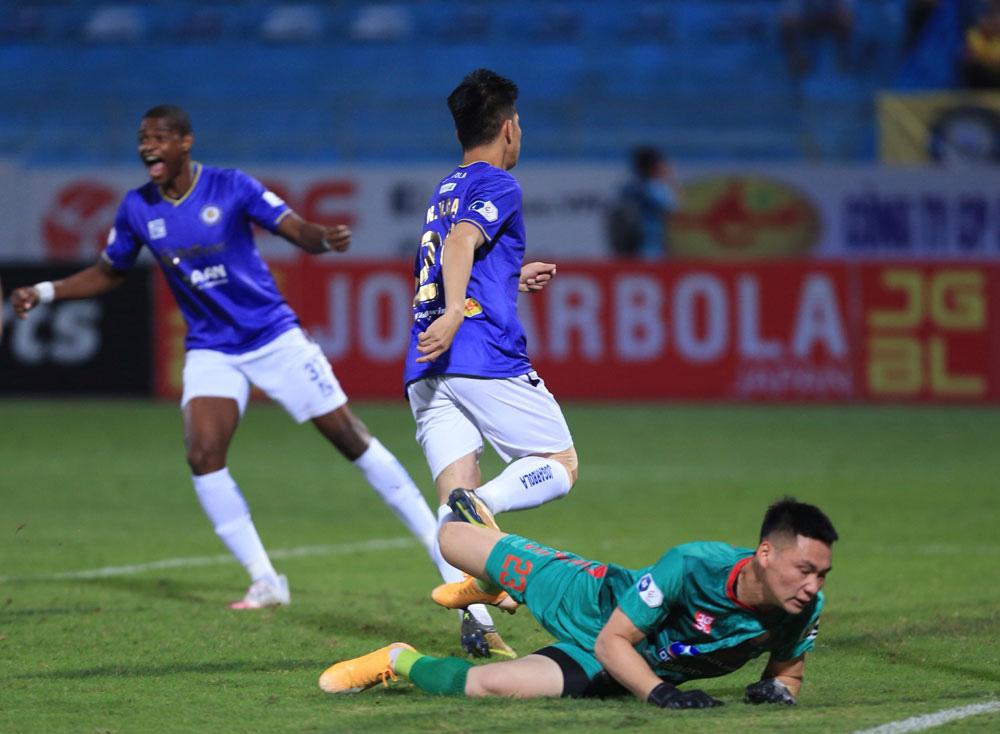 ẢNH: Nhọc nhằn vượt qua Đông Á Thanh Hoá, CLB Hà Nội có chiến thắng thứ 2 liên tiếp - Ảnh 9.