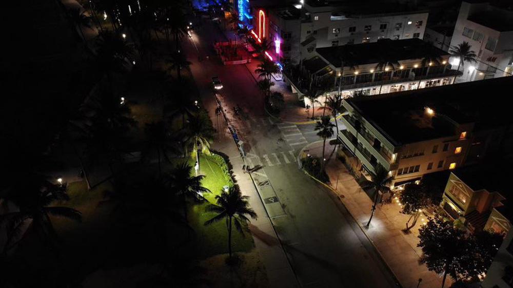 Hàng nghìn người tiệc tùng bất chấp COVID-19, Miami Beach phải áp đặt lệnh giới nghiêm - Ảnh 9.